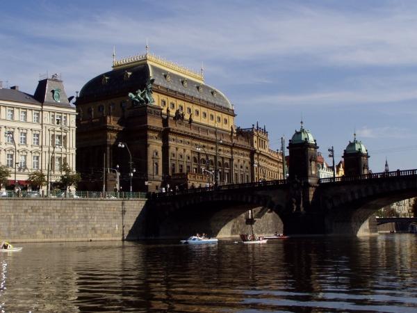 Národní divadlo - od vltavy